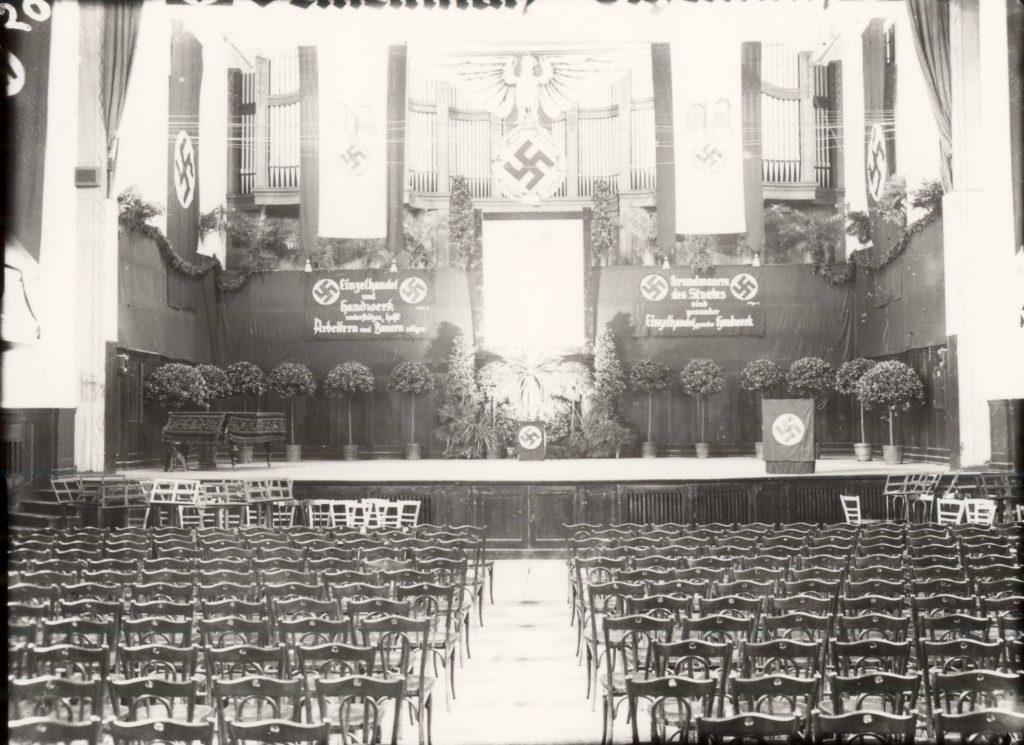 Die Orgel auf der Bühne der Festhalle ist für eine Veranstaltung in der NS-Zeit geschmückt.