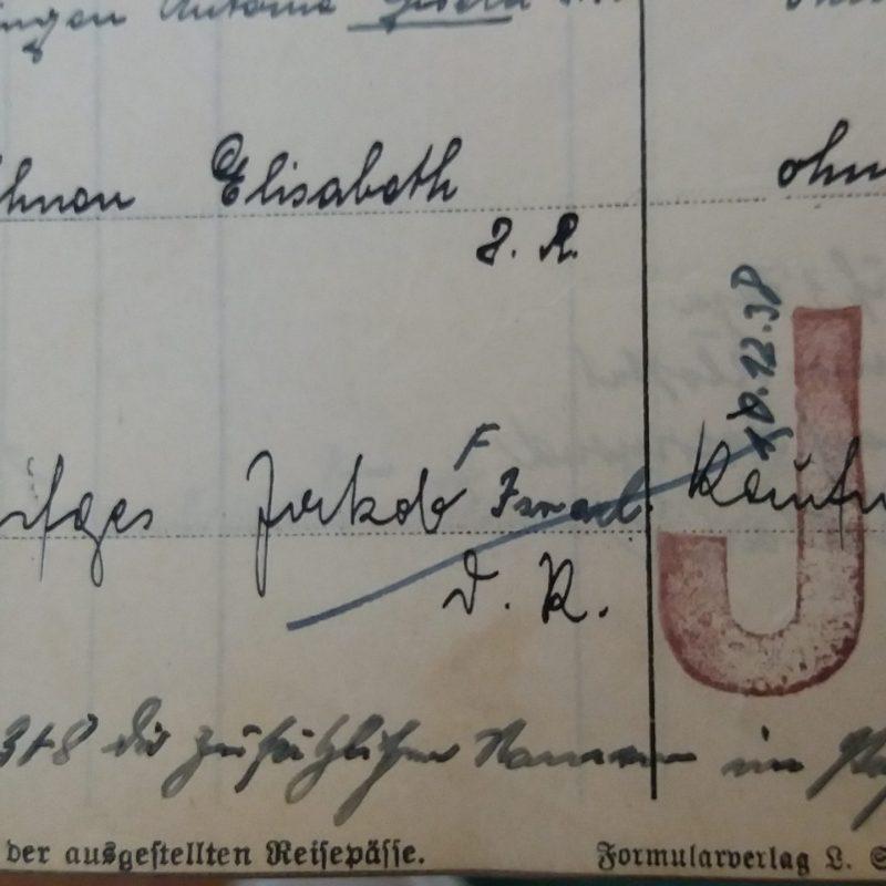 """Entzug der Reisepässe, Kennzeichnung mit """"J"""" für Jude und Namensergänzung durch """"Israel"""" oder """"Sara""""."""