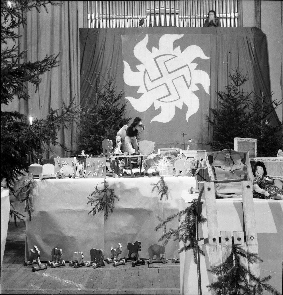 Handwerkerausstellung in der Festhalle, ca. 1942. Das Spielzeug wurde Weihnachten im Rahmen des Winterhilfswerk an Bedürftige verteilt.