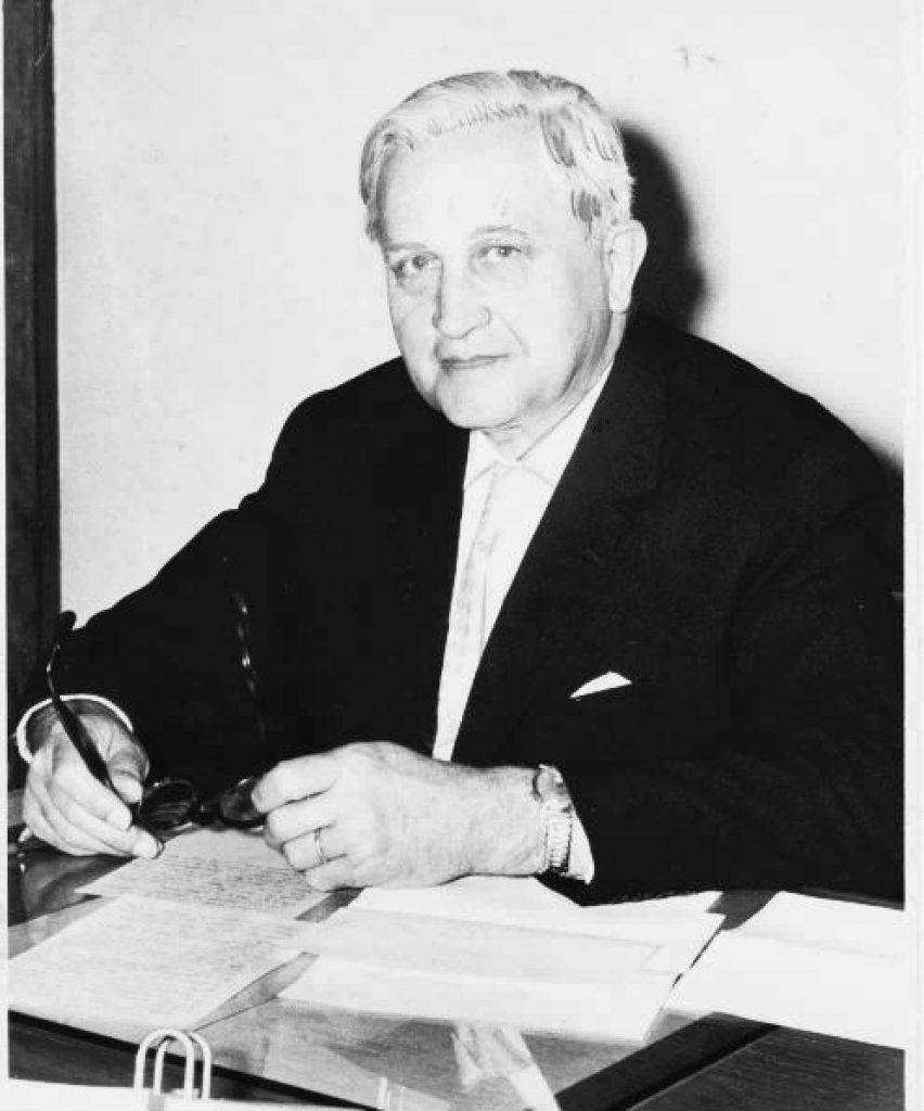 Hermann Hülser, Oberbürgermeister der Stadt Viersen von 1946 - 1966 an seinem  Schreibtisch.
