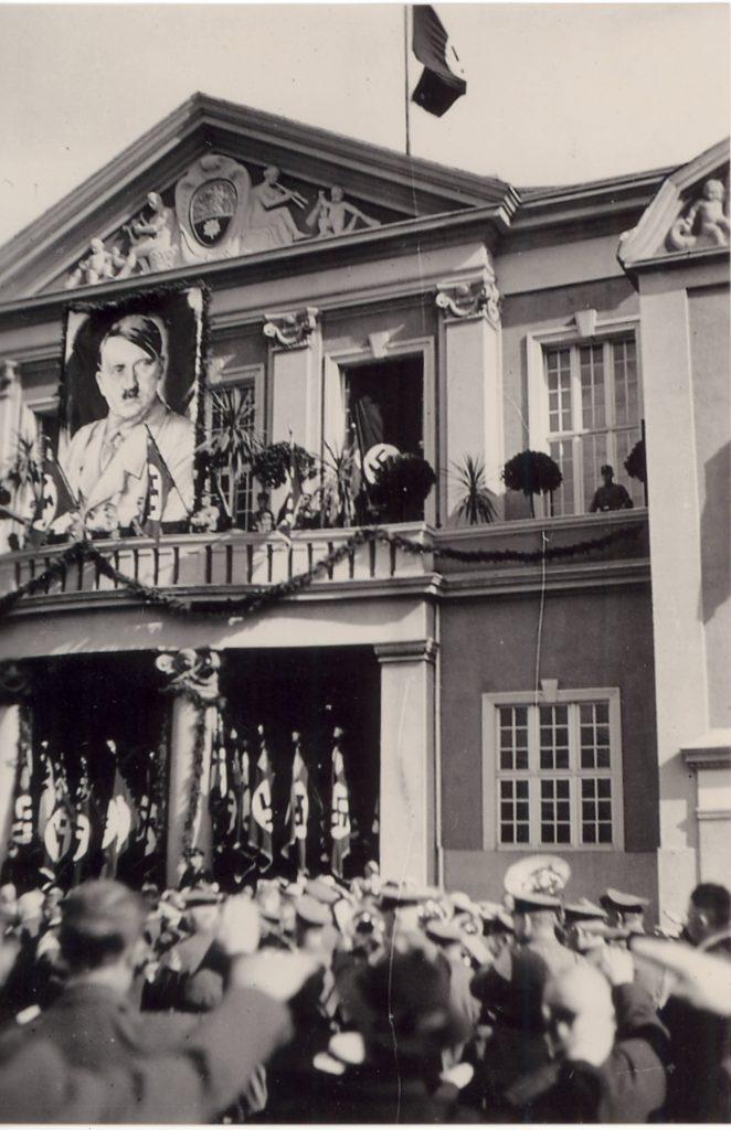 Kundgebung in der Nazizeit ca. 1938 auf dem Festhallenplatz mit monumentalem Hitlerbild auf dem Balkon der Festhalle. Von Walter Woters zur Verfügung getellt.
