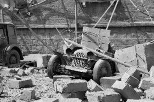 Zerstörung in den Straßen, kein Stein liegt mehr auf dem anderen.
