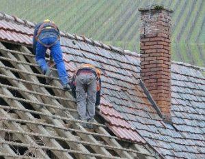 Menschen bei der Arbeit für den Wiederaufbau
