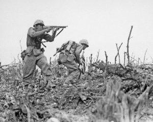 Soldaten im Schlachtfeld des Zweiten Weltkrieges