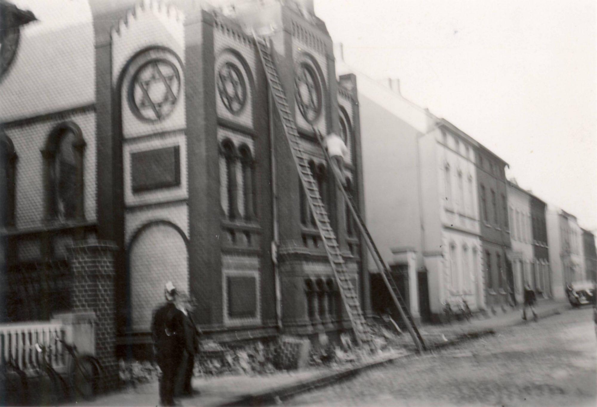 Kontrolle der Arbeiten am zerstörten Gebäude.