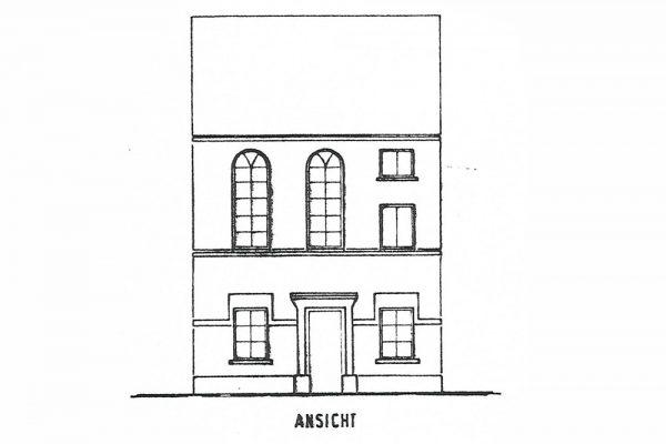 Im Grundriss des Wohnhauses sind nur zwei Rundbogenfenster zu sehen, auf dem einzig erhaltenen Foto jedoch drei. Über eine Treppe im hinteren Teil des Hauses gelangte man in das erste Stockwerk, in dem sich der jüdische Gebetsraum befand.