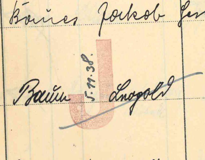 """Der Eintrag zu Angehörigen der Familie wird mit einem roten """"J"""" gekennzeichnet. Reisepässe werden eingezogen."""