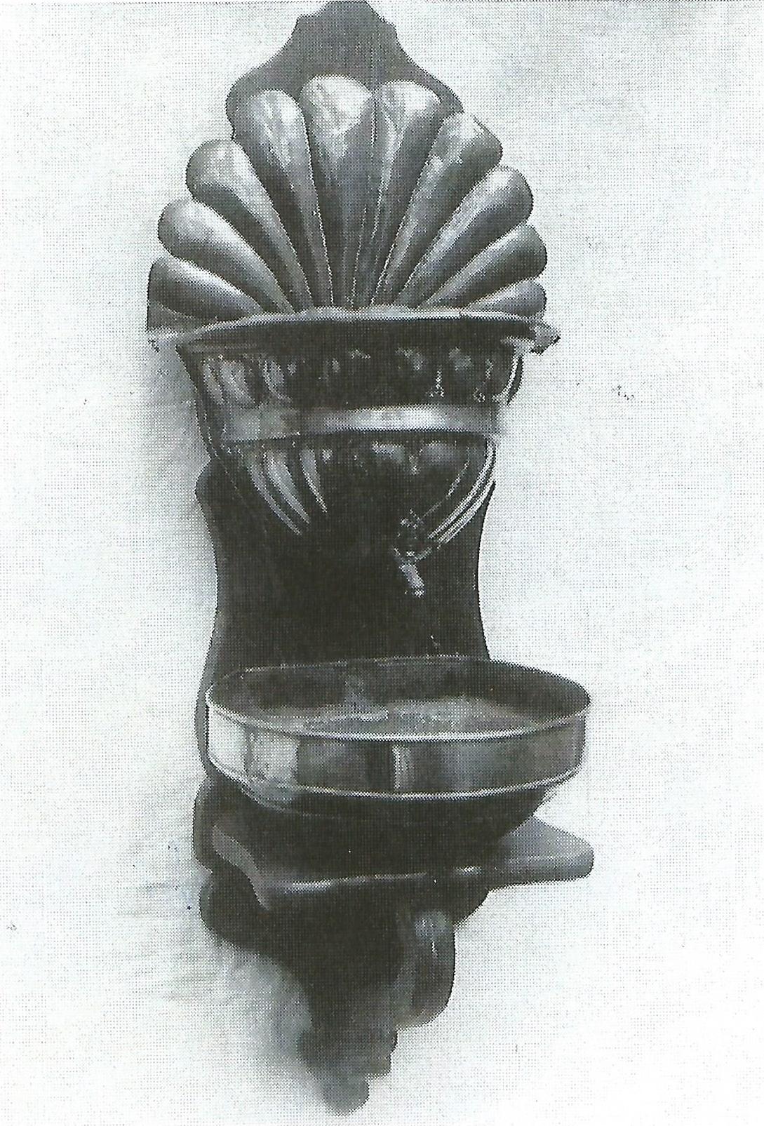 Wahrscheinlich befand sich das Waschbecken in einem Vorraum und diente der symbolischen Waschung.