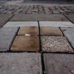 Das Bild zeigt Stolpersteine in Süchteln als Erinnerung an deportierte Menschen jüdischen Glaubens.