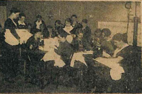 """Nähstube der NS-Frauenschaft in der Nervenheilanstalt Johannistal. Foto aus der Zeitung """"Volksparole"""" vom 24. März 1934."""