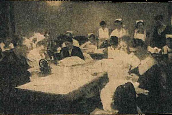 """Nähstube der NS-Frauenschaft im Parteihaus. Foto aus der Zeitung """"Volksparole"""" vom 24. März 1934."""
